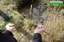 écarter pour obtenir la tension nécessaire à la détection de l'eau