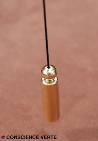 le cordon du pendule de radiesthésiste est parfaitement centré