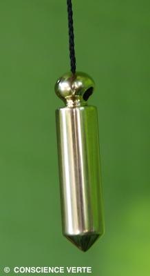une alvéole discrètement située sous la tête du pendule permet le passage du cordon `